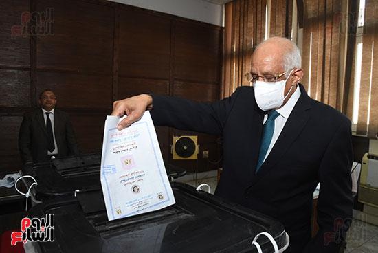 الدكتور علي عبد العال  (8)