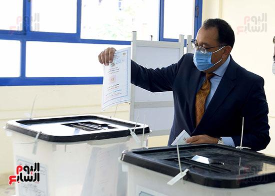 رئيس الوزراء يُدلى بصوته فى انتخابات مجلس الشيوخ (15)