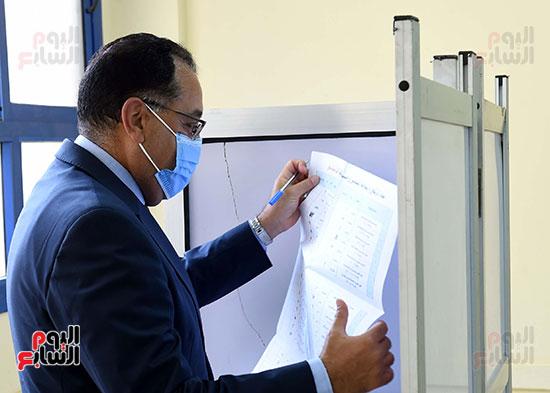 رئيس الوزراء يُدلى بصوته فى انتخابات مجلس الشيوخ (13)