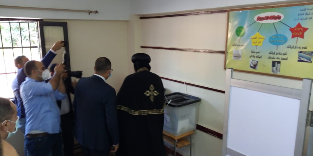 البابا تواضروس الثانى يدلى بصوته فى انتخابات مجلس الشيوخ بالوايلى (9)