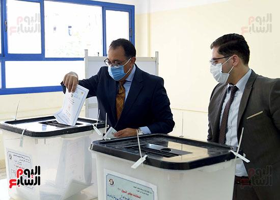 رئيس الوزراء يُدلى بصوته فى انتخابات مجلس الشيوخ (16)
