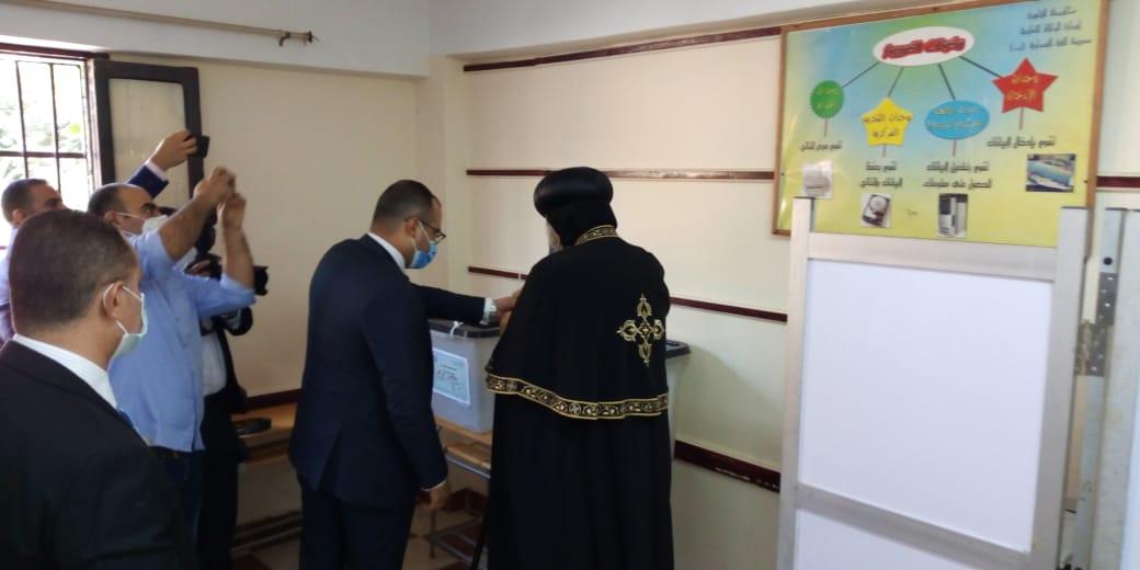 البابا تواضروس الثانى يدلى بصوته فى انتخابات مجلس الشيوخ بالوايلى (10)