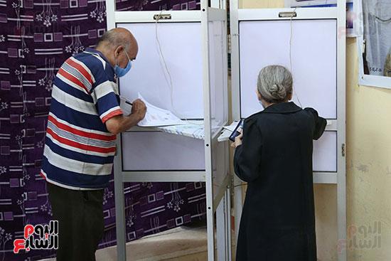 مواطنون أثناء الإدلاء الانتخابي