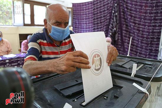 رجل يدلي بصوته الانتخابي