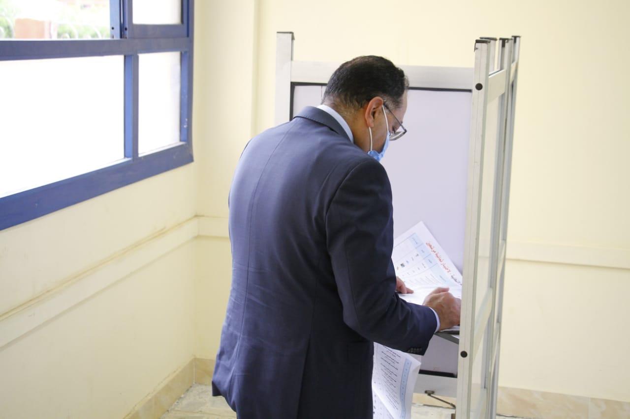 رئيس الوزراء يدلى بصوته فى انتخابات مجلس الشيوخ (3)