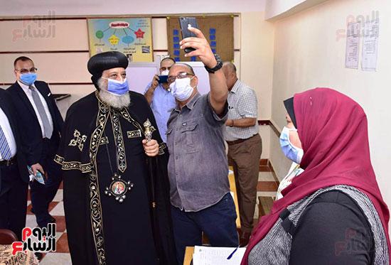 مواطنون يلتقطون الصور التذكارية مع البابا داخل لجنته الإنتخابية