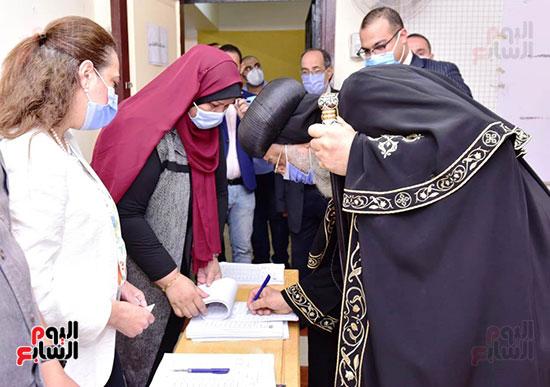 البابا أثناء امضائه في الكشف الإنتخابي
