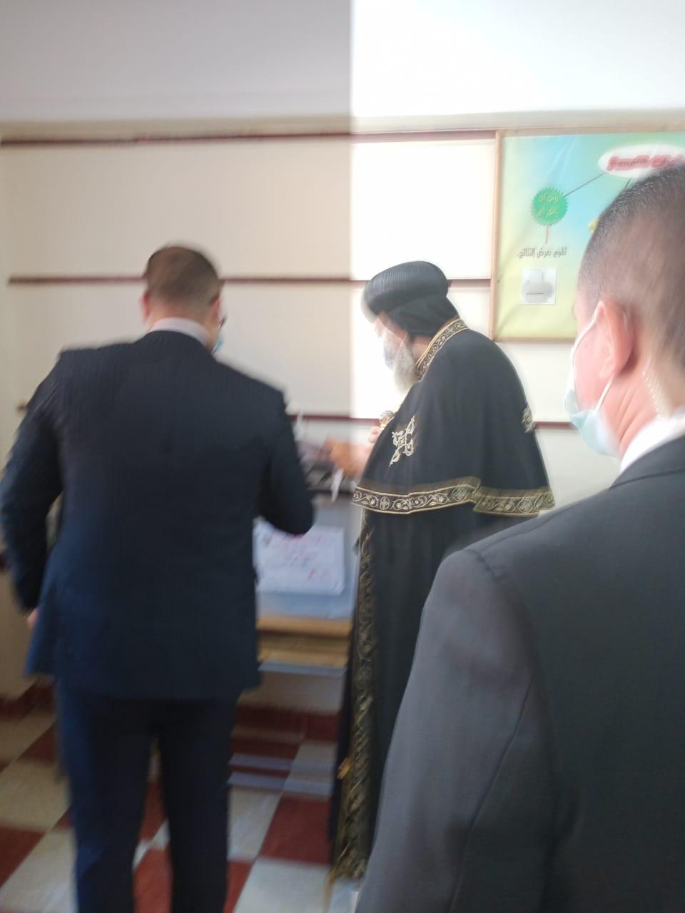البابا تواضروس الثانى يدلى بصوته فى انتخابات مجلس الشيوخ بالوايلى (4)