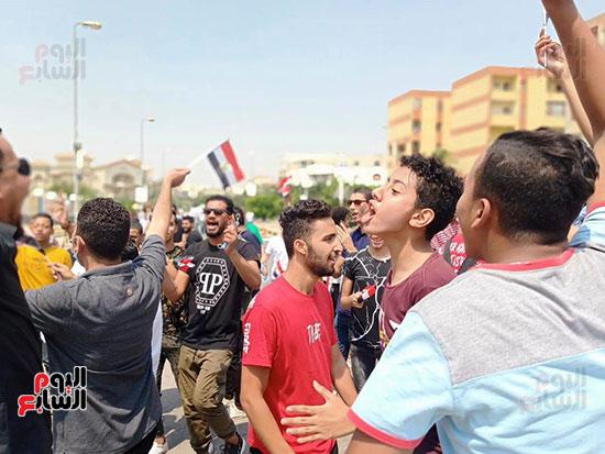 احتفالات-المواطنين-امام-اللجان-(5)