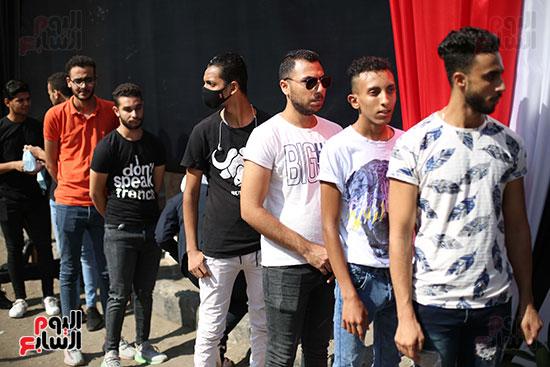 الشباب يدلون بأصواتهم الإنتخابية
