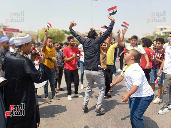 احتفالات-المواطنين-امام-اللجان-(2)