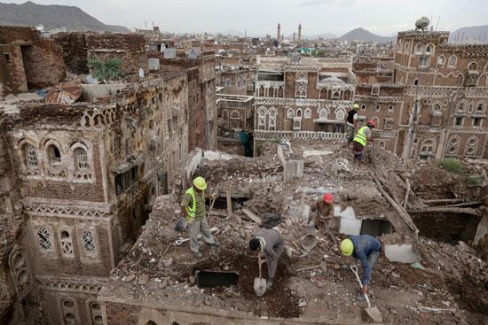 عمال يهدمون مبنى دمرته الأمطار فى صنعاء القديمة