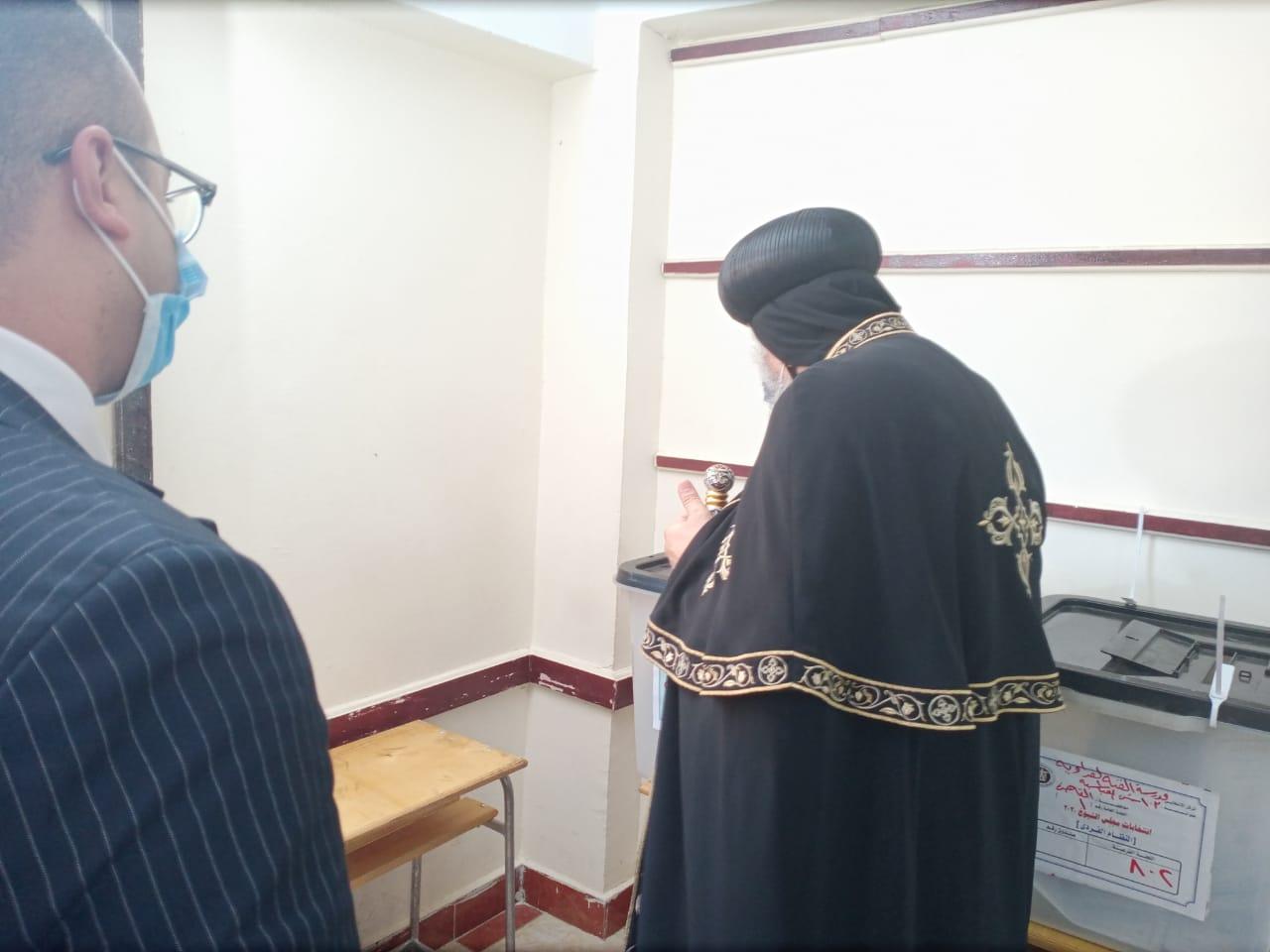 البابا تواضروس الثانى يدلى بصوته فى انتخابات مجلس الشيوخ بالوايلى (3)