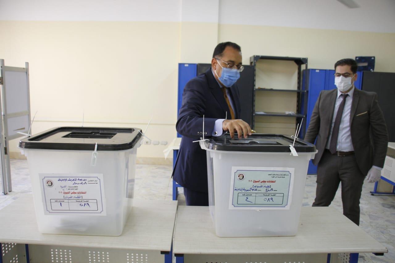 رئيس الوزراء يدلى بصوته فى انتخابات مجلس الشيوخ (4)