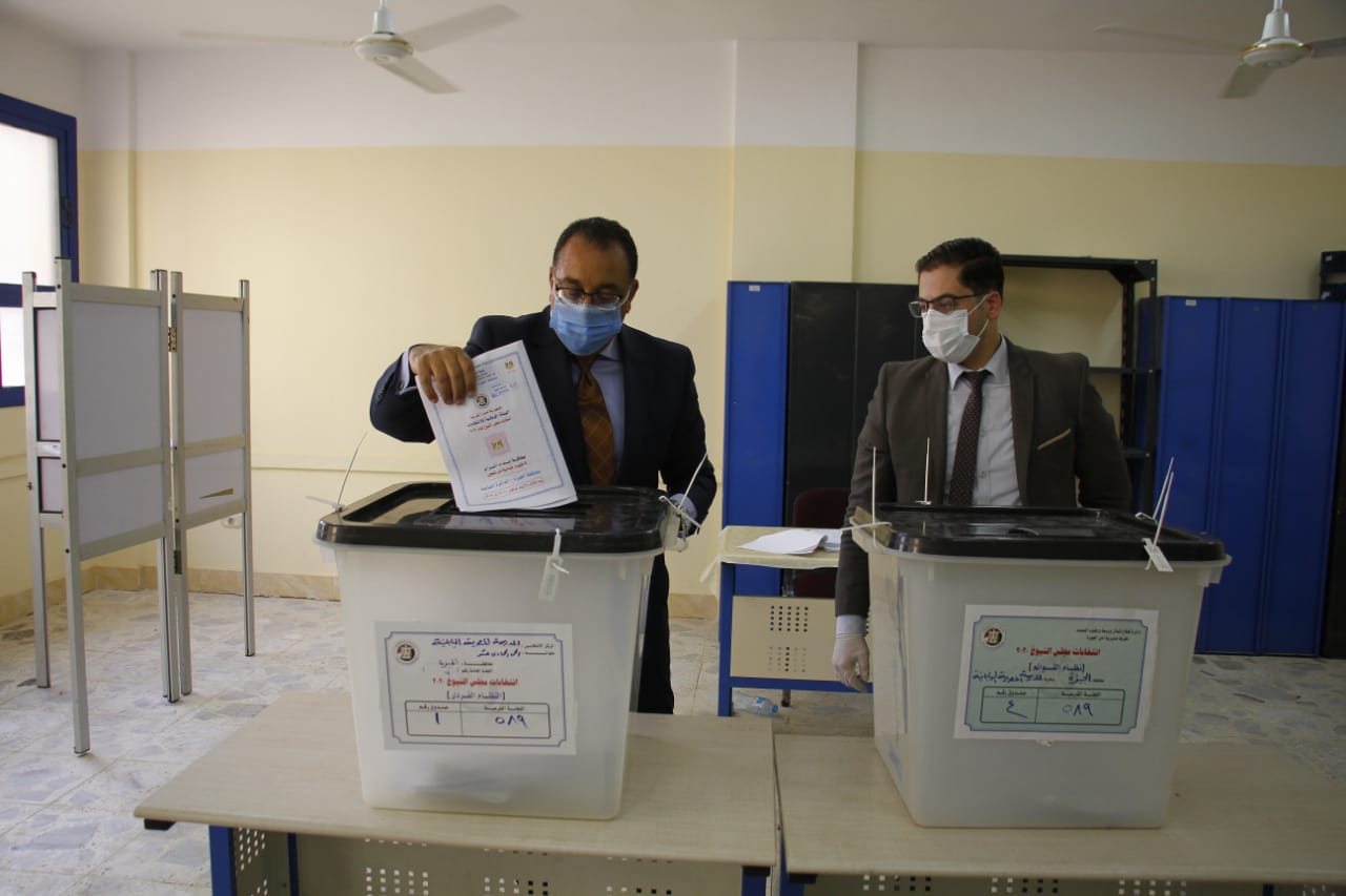 رئيس الوزراء يدلى بصوته فى انتخابات مجلس الشيوخ (1)