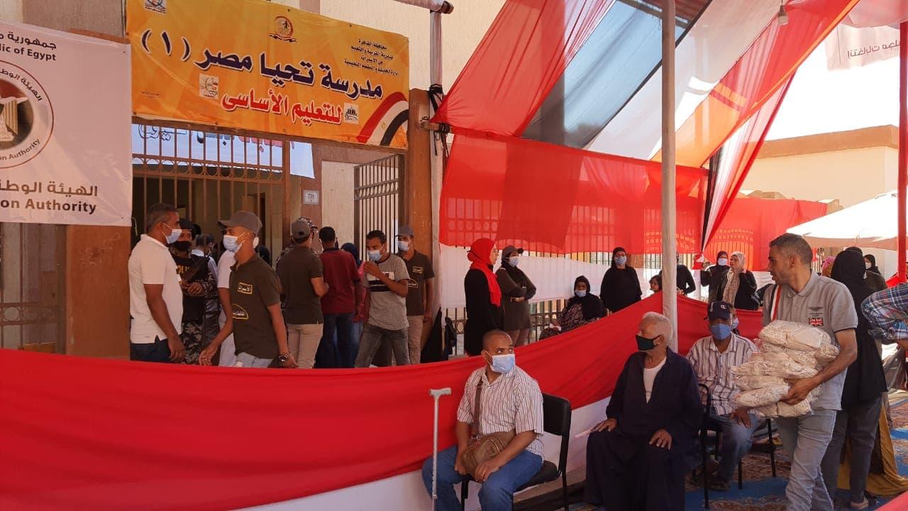طوابير امام لجنة تحيا مصر بالاسمرات بانتخابات مجلس الشيوخ (2)