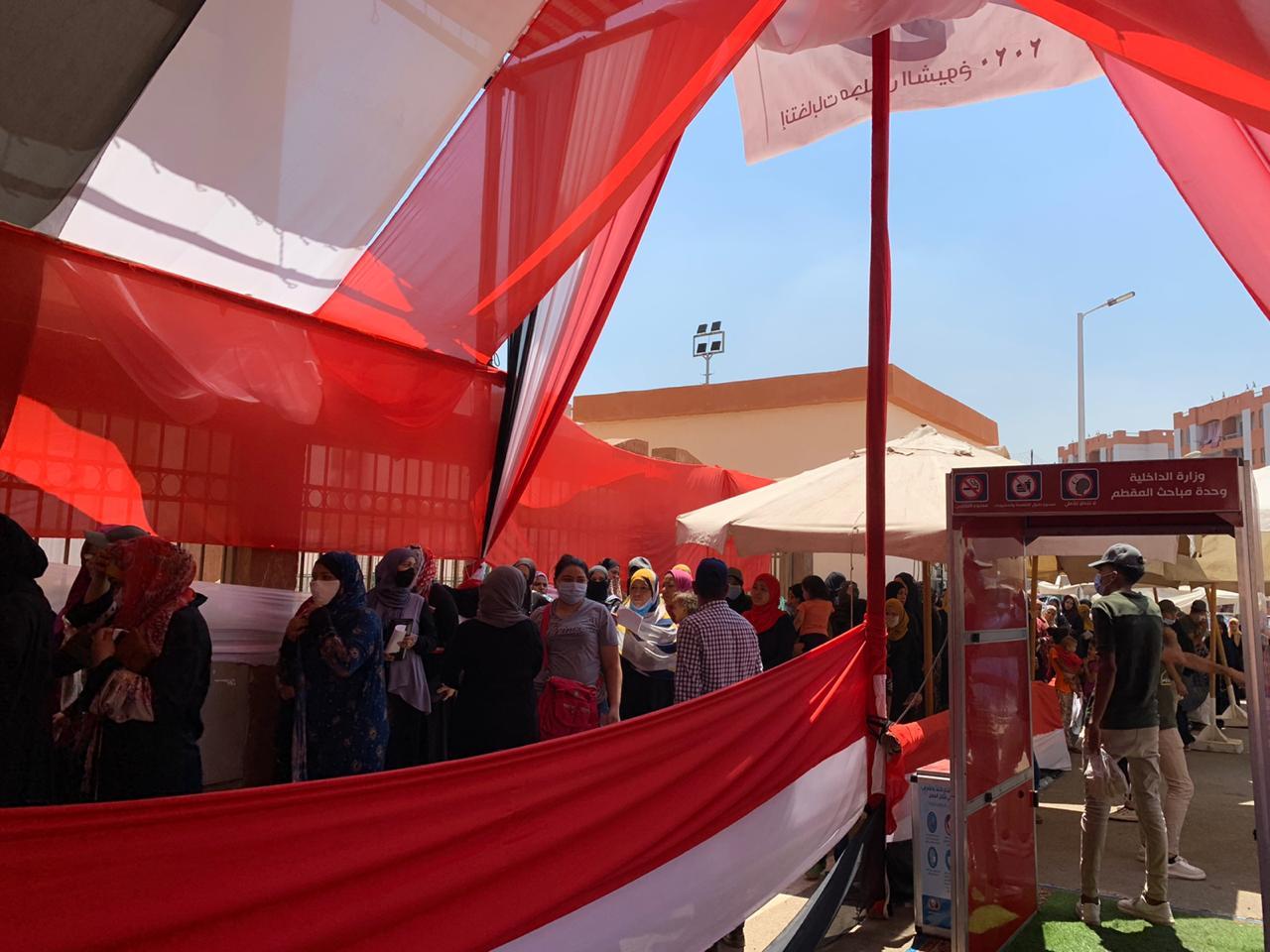 سكان حى الأسمرات يتوافدون على اللجان الانتخابية (2)
