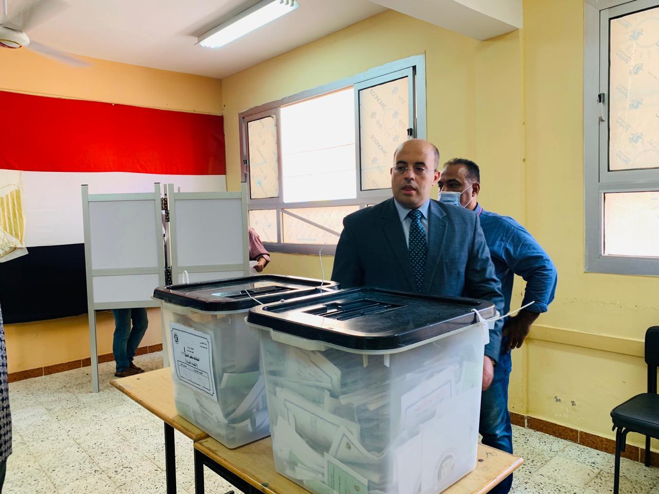 سكان حى الأسمرات يتوافدون على اللجان الانتخابية (7)