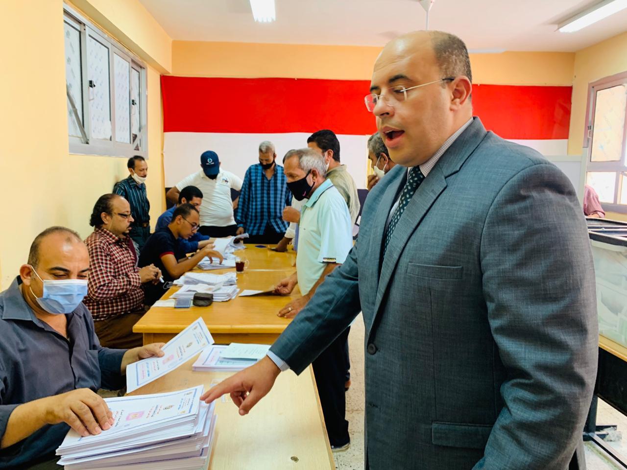 سكان حى الأسمرات يتوافدون على اللجان الانتخابية (6)