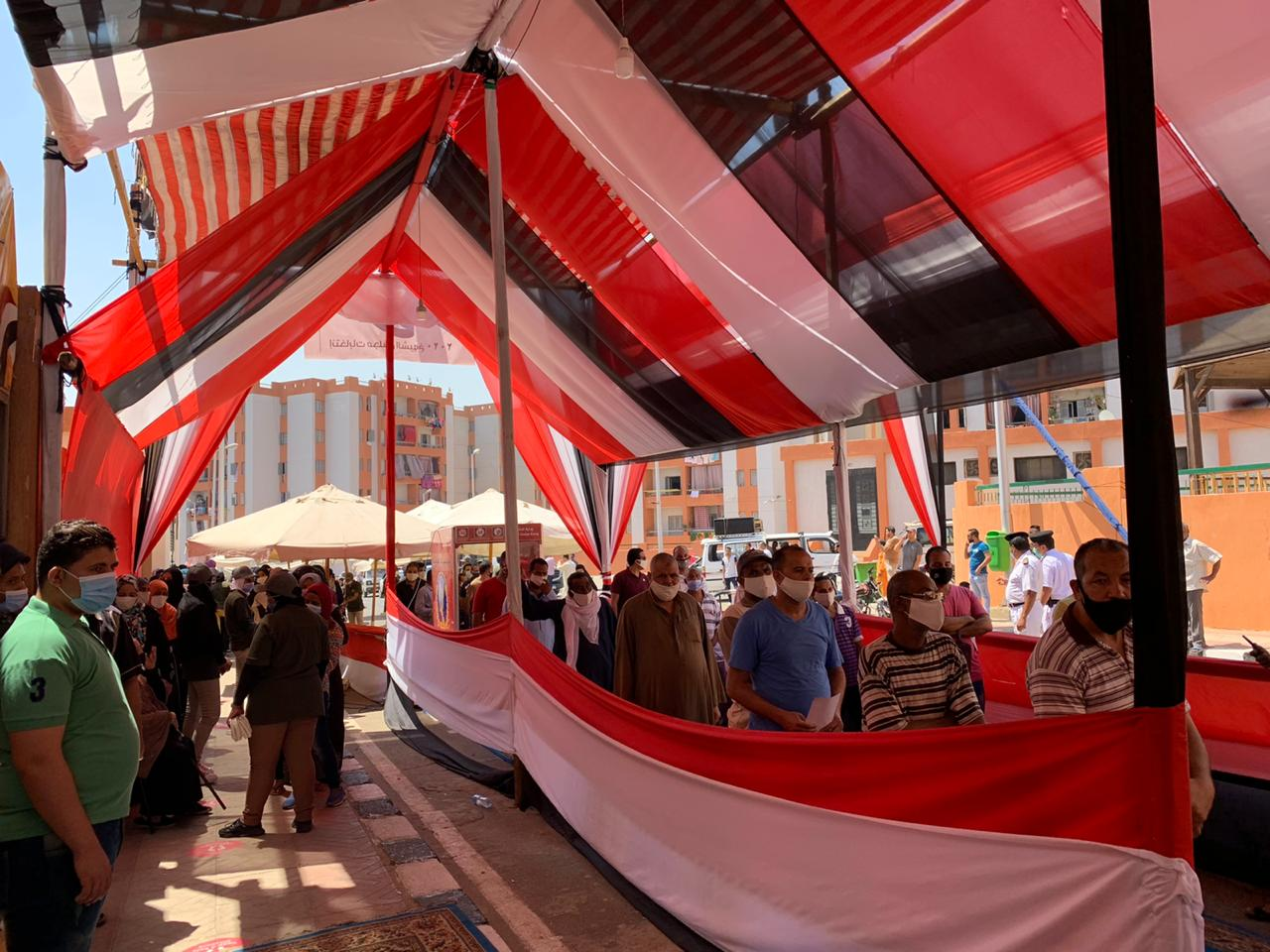 سكان حى الأسمرات يتوافدون على اللجان الانتخابية (1)