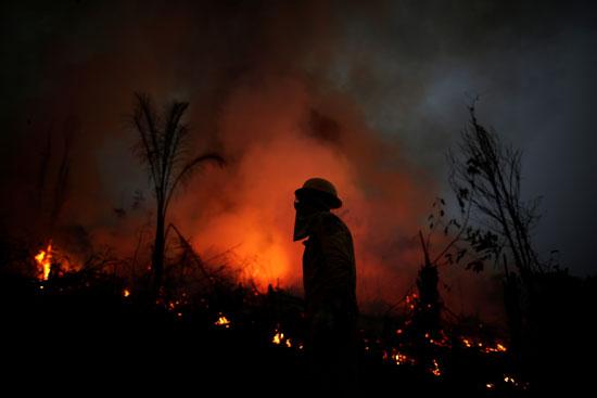 محاولات السيطرة على الحرائق