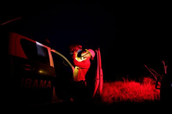 أحد رجال الإطفاء يتناول المياه