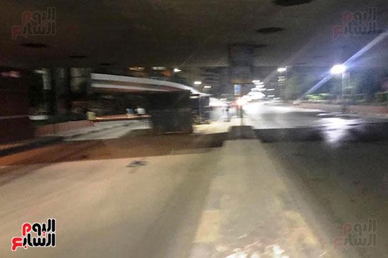 سقوط كونتينر من على سطح مقطورة نقل ثقيل (1)
