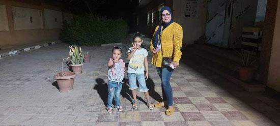 سيدة تصطحب أولاد أخيها (2)