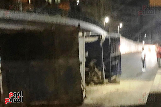 سقوط كونتينر من على سطح مقطورة نقل ثقيل (5)