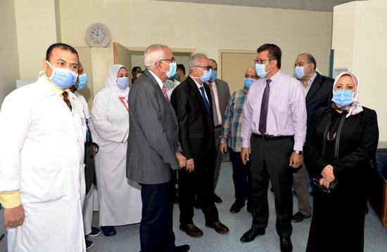 رئيس-جامعة-المنصورة-يفتتح-تطوير-وحدات-طبية-بمركز-جراحة-الجهاز-الهضمى-(7)