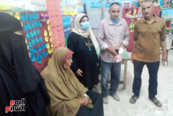 محافظ الشرقية يرسل رئيس مدينة ههيا لنقل مريضة للتصويت فى الانتخابات (1)