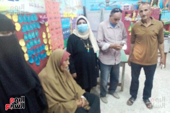 محافظ الشرقية يرسل رئيس مدينة ههيا لنقل مريضة للتصويت فى الانتخابات (4)
