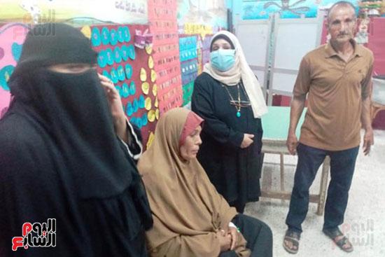 محافظ الشرقية يرسل رئيس مدينة ههيا لنقل مريضة للتصويت فى الانتخابات (3)