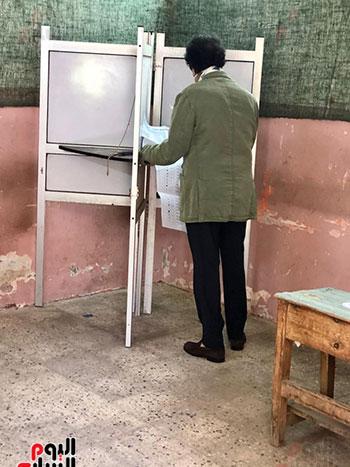 وزير-الثقافة-الأسبق-فاروق-حسني-يدلي-بصوته-في-انتخابات-الشيوخ-(1)