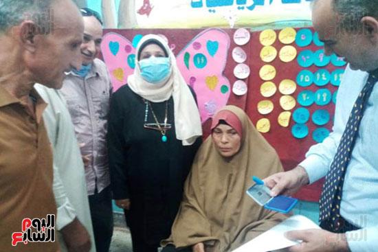 محافظ الشرقية يرسل رئيس مدينة ههيا لنقل مريضة للتصويت فى الانتخابات (5)