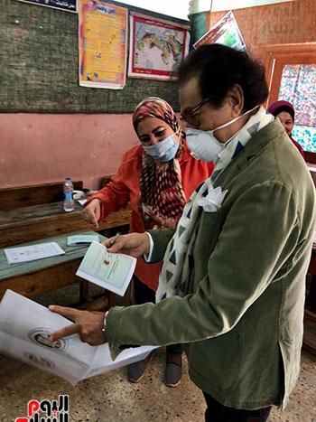 وزير-الثقافة-الأسبق-فاروق-حسني-يدلي-بصوته-في-انتخابات-الشيوخ-(6)