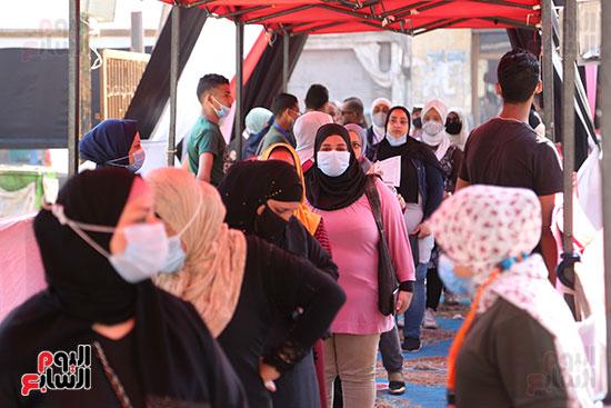 طوابير الناخبين أمام لجان شبرا فى اليوم الثانى لانتخابات الشيو (7)