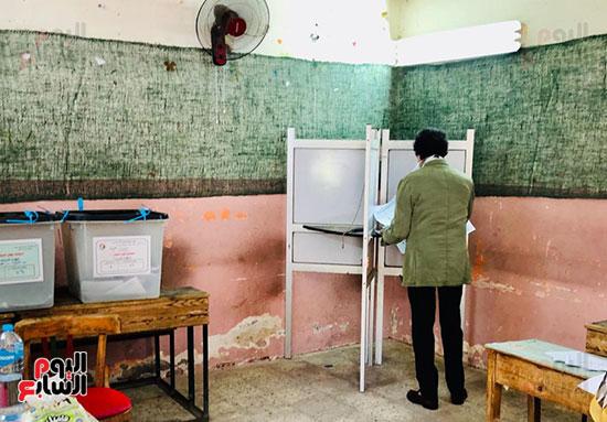 وزير-الثقافة-الأسبق-فاروق-حسني-يدلي-بصوته-في-انتخابات-الشيوخ-(7)