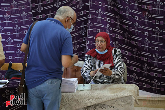 طوابير الناخبين أمام لجان شبرا فى اليوم الثانى لانتخابات الشيو (3)