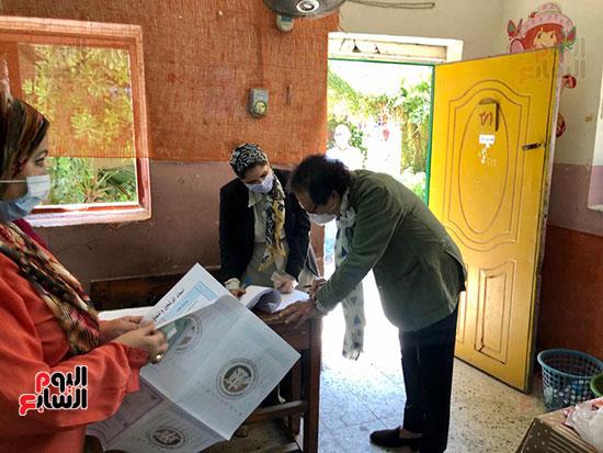 وزير-الثقافة-الأسبق-فاروق-حسني-يدلي-بصوته-في-انتخابات-الشيوخ-(5)