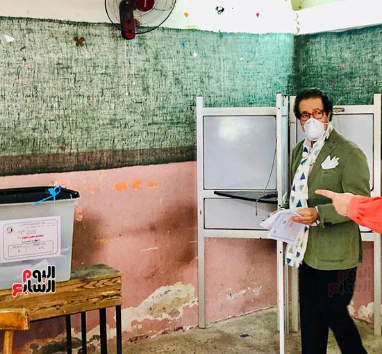 وزير-الثقافة-الأسبق-فاروق-حسني-يدلي-بصوته-في-انتخابات-الشيوخ-(3)