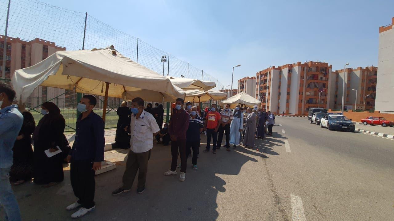 طوابير امام لجنة تحيا مصر بالاسمرات بانتخابات مجلس الشيوخ (5)