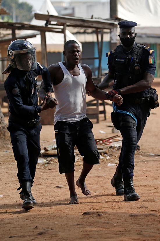 احتجاز أحد المتظاهرين