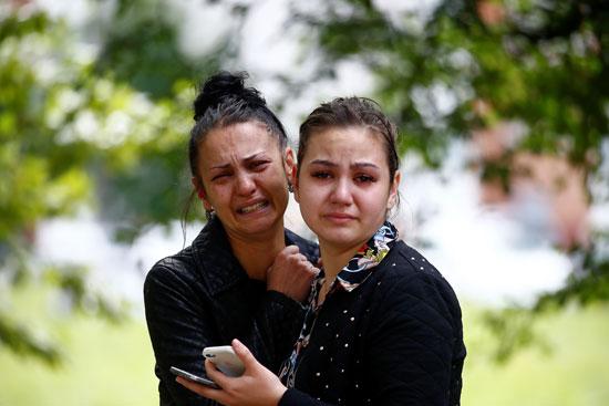 بكاء أهالى المعتقلين لدى شرطة بيلاروسيا