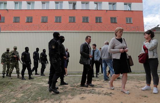 أهالى المحتجزين يقفون بمحيط مقر الاحتجاز