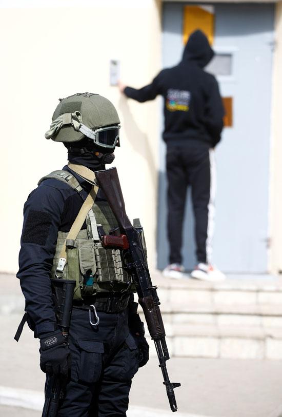 شرطة بيلا روسيا تنتشر بمحيط مقر احتجاز المتظاهرين