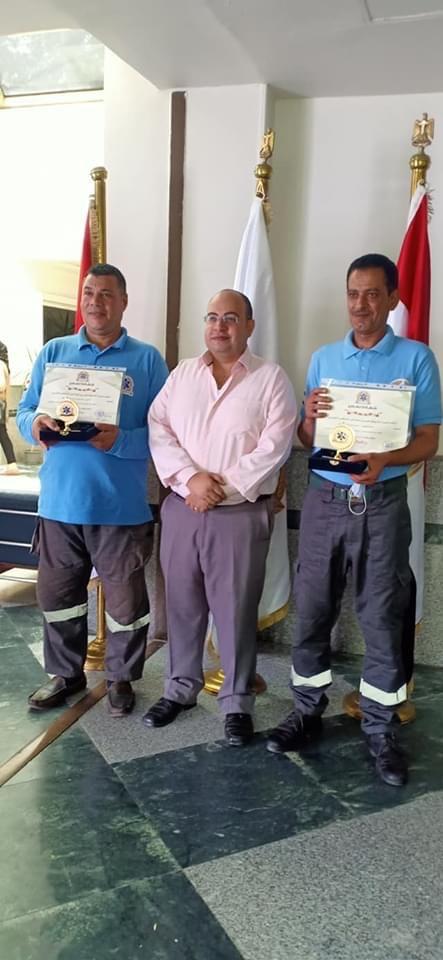رئيس هيئة الاسعاف يكرم مسعفين عثرا علي 6 كيلو ذهب بصحبة مصاب في حادث  (4)