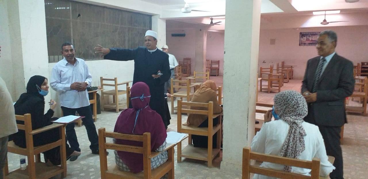 رئيس منطقة الأقصر الأزهرية يتابع إمتحانات التأهيل التربوي للمعلمين (1)