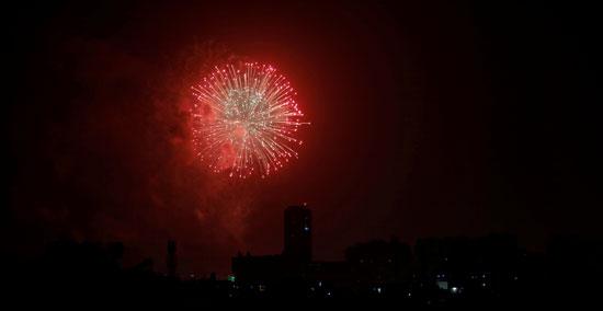 الألعاب النارية تنطلق للاحتفال بعيد استقلال باكستان
