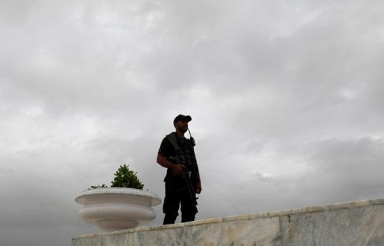قائد شرطة يقف في حراسة ضريح مؤسس باكستان